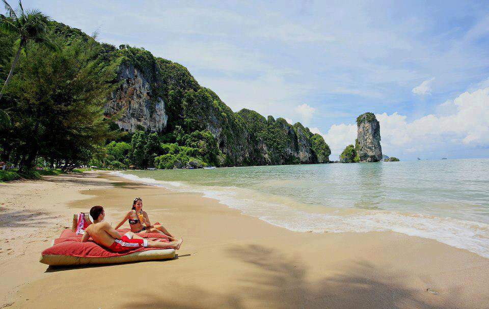Entspannung pur am Traumstrand der Pai Plong Privatbucht - Centara Grand Beach Resort & Villas Krabi, Foto: Centara Hotels and Resorts.
