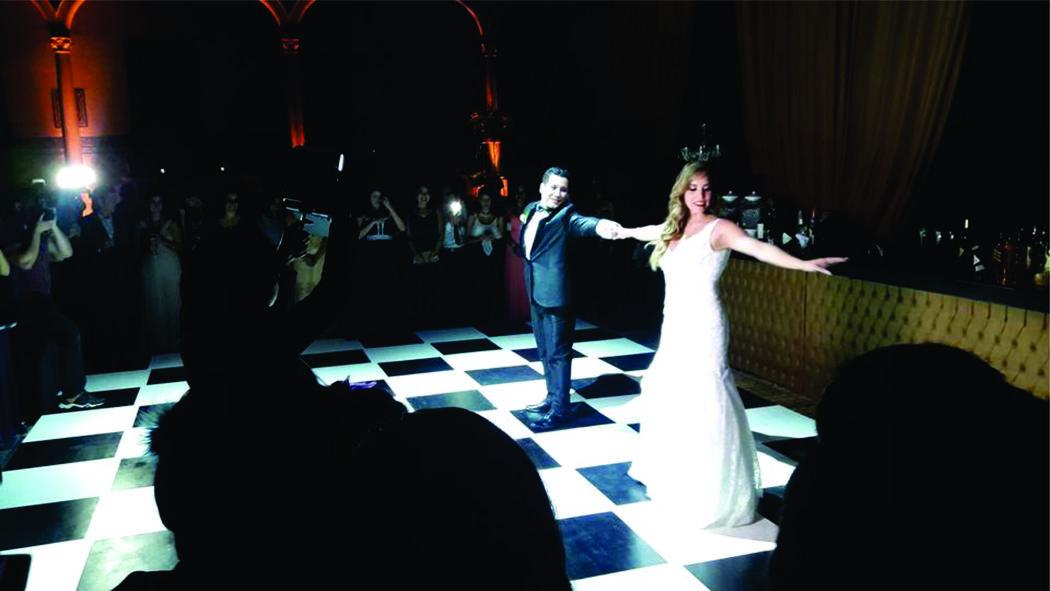 Primer baile de Verónica & César nuestros alumnos que se casaron hace poco, sorprendieron a todos por lo divertido que bailñaron.