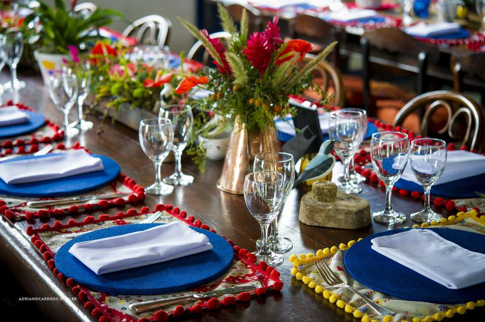 Um casamento super colorido na fazenda, com muito simbolismo, arranjos tropicais e objetos que produzimos e também peças do acervo da família e da Parceria Carioca