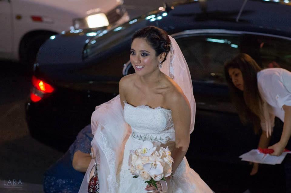 Carla entrando a la iglesia... Carolina nuestra asistente de novia, arreglando la cola del vestido