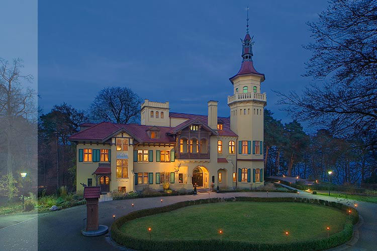 Beispiel: Außenansicht bei Nacht, Foto: Schloss Hubertushöhe.