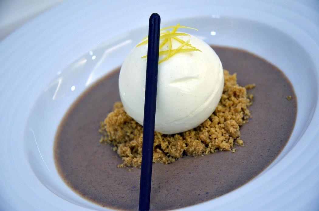 Esfera de yuzu con sopa de chocolate