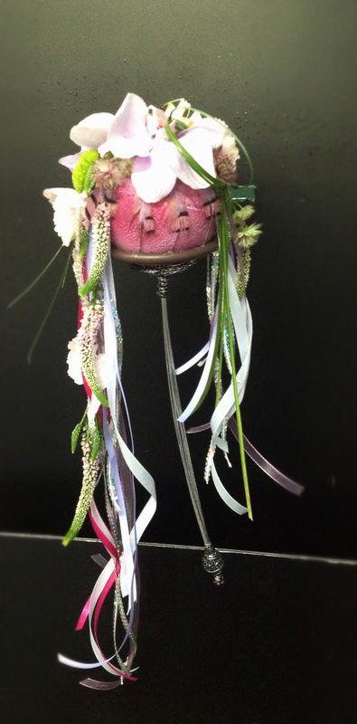 Bastón de mando, con plumas fantasía y flor.
