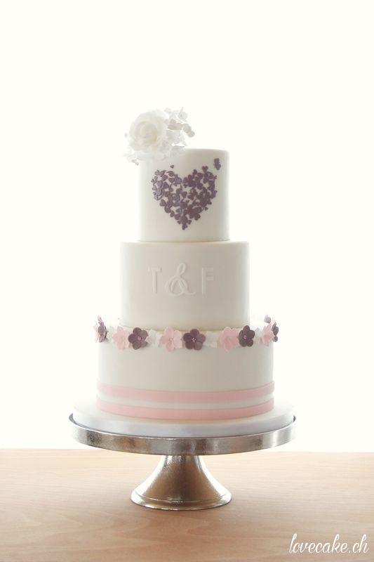 lovecake.ch Hochzeitstorten mit Herzdetail und Zuckerblumen