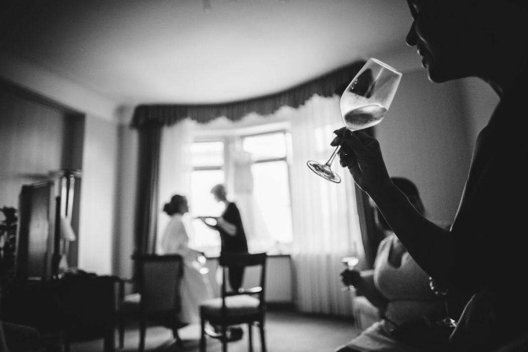 Beispiel: Braut bei den Vorbereitungen, Foto: Anna Eiswert.