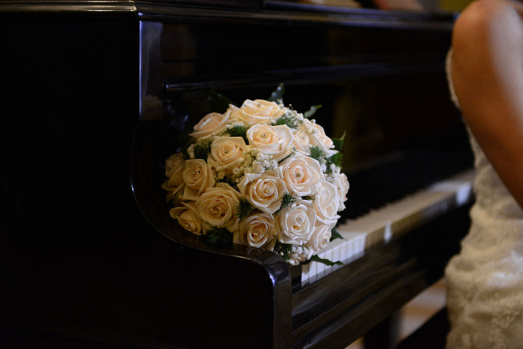 Il bouquet lasciato sul pianoforte a coda che accompagnerà il vostro ingresso