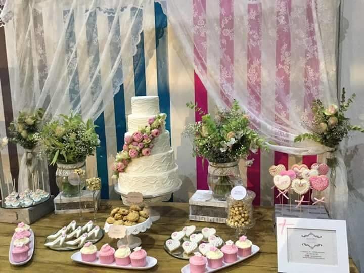 Muestra de mesa dulce con tarta nupcial con flores naturales. Decoración floral de: Bambú Floristas