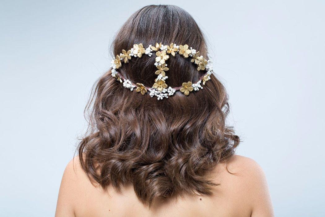 Corona de flores de porcelana hechas a mano.