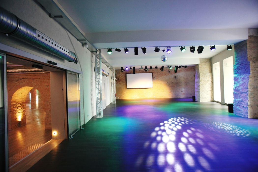 Beispiel: Fabriksaal - Tanzfläche, Foto: Lendelhaus - Historische Saftfabrik.