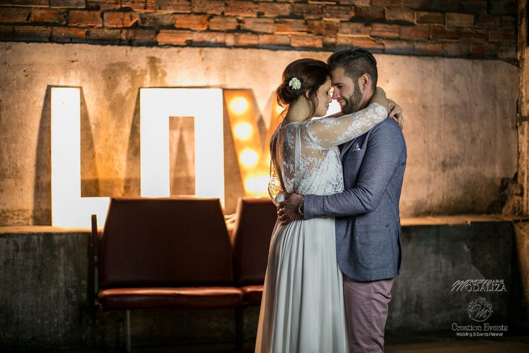 Mariage industriel lettre LOVE lumineuse - Modaliza Photographe