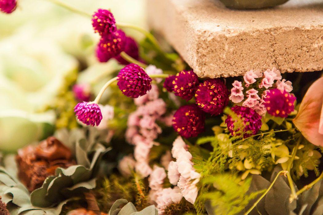 Detalhe do lindo arranjo floral na mesa talhada do século XIX com o concreto. Combinação inusitada e que ficou uma lindeza.
