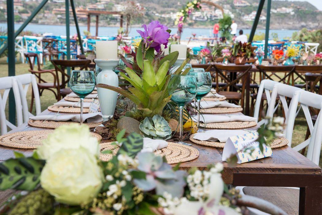 Linda mesa posta para um casamento praiano