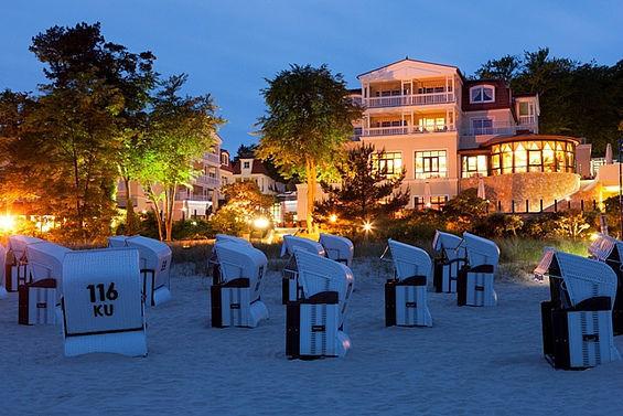 Beispiel: Hotelansicht bei Nacht, Foto: Travel Charme Strandhotel Bansin.