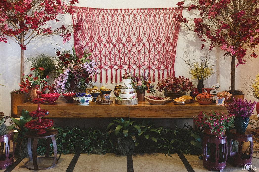 Mesa de doces linda e super colorida. macramê feito especialmente para a noiva