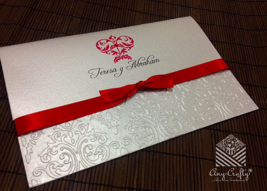 Invitación plata con rojo con detalle de pedrería de fantasía
