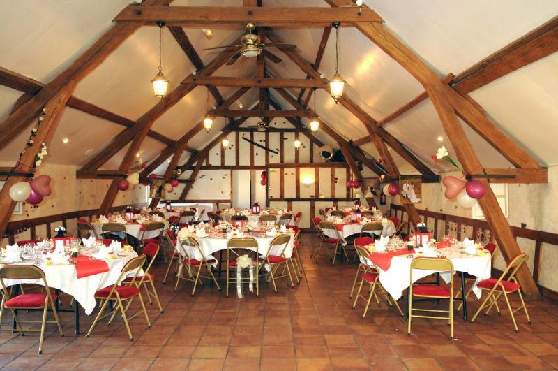 Salle La Grange aux Belles Surface : 140 et 80 m2 1er étage