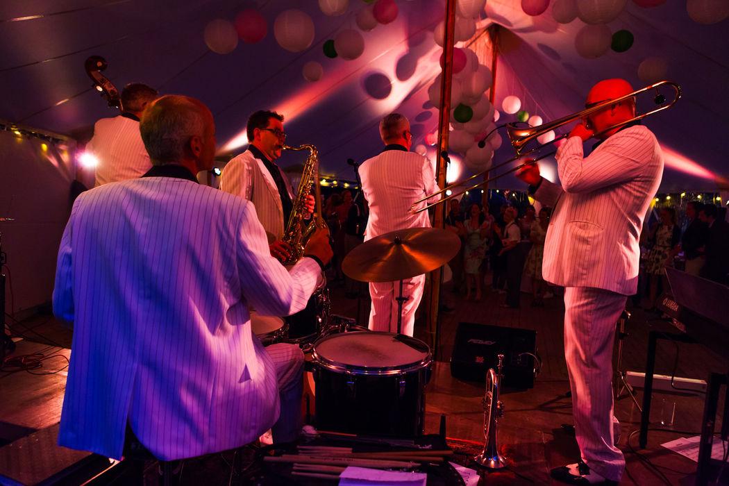 Een swingende band tijdens bruiloftsfeest