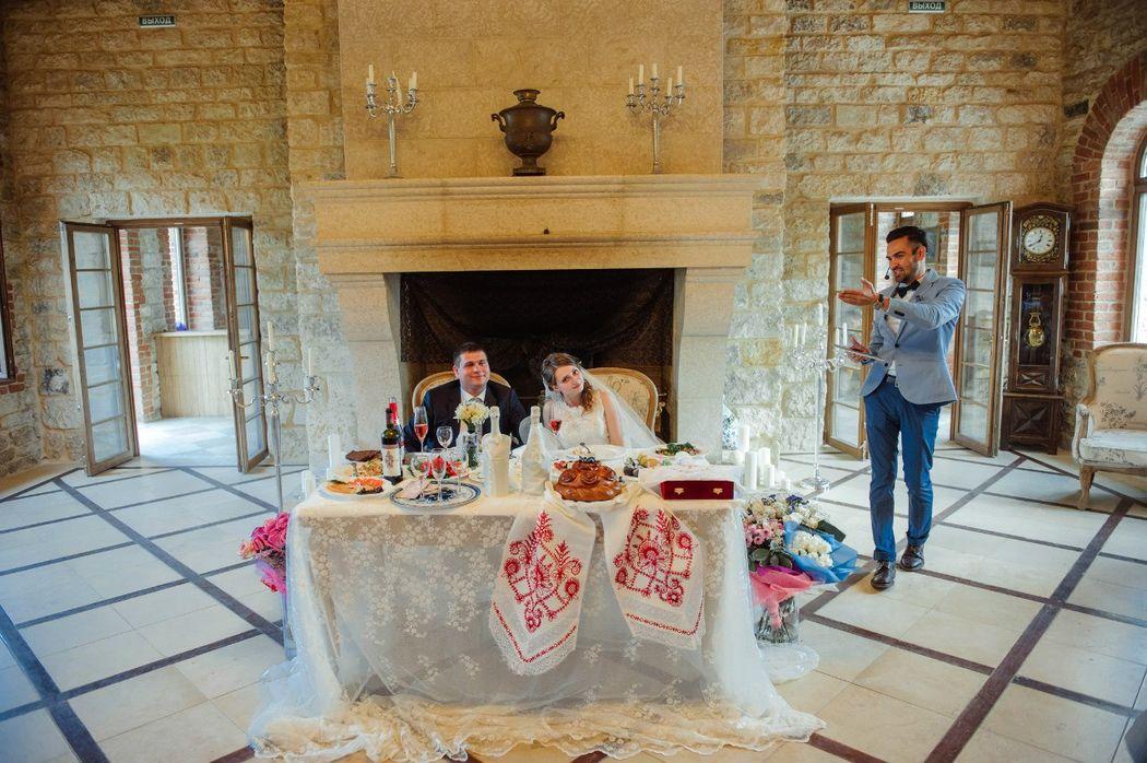 Свадьба в русском стиле с большим камином в старой усадьбе и караваем.
