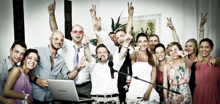 Adriano con sposi e invitati