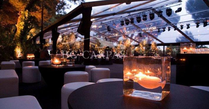 Ya se ha convertido en un clásico en las bodas, la carpa transparente que deja entrever las copas de los árboles y donde la iluminación cobra gran protagonismo.