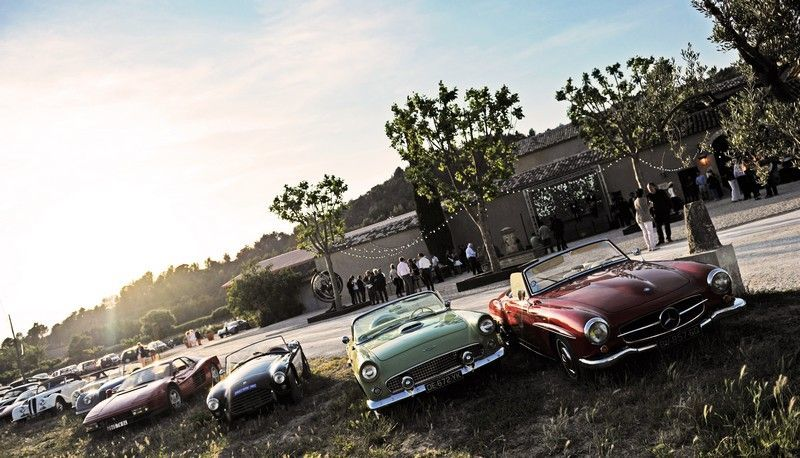 Pour les amateurs de voitures anciennes, le Domaine des Peyre sait étonner...