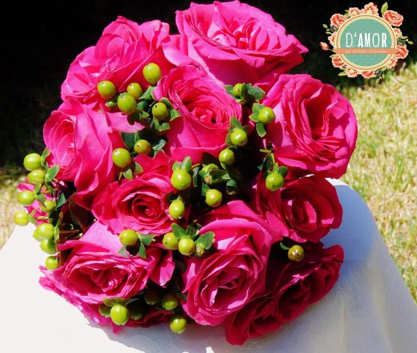 Ramo de rosas fucsias con hipericum verde.