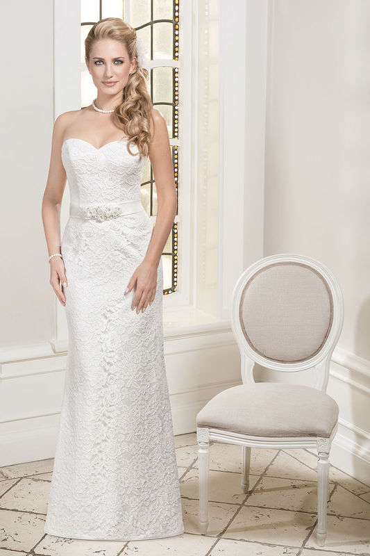 Beispiel: Brautkleid mit Herzausschnitt und Strasssteinen in der Taille, Foto: Kleemeier.