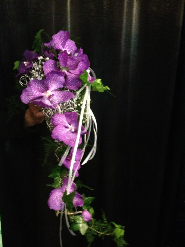 Bukiet ślubny z fioletowych storczyków