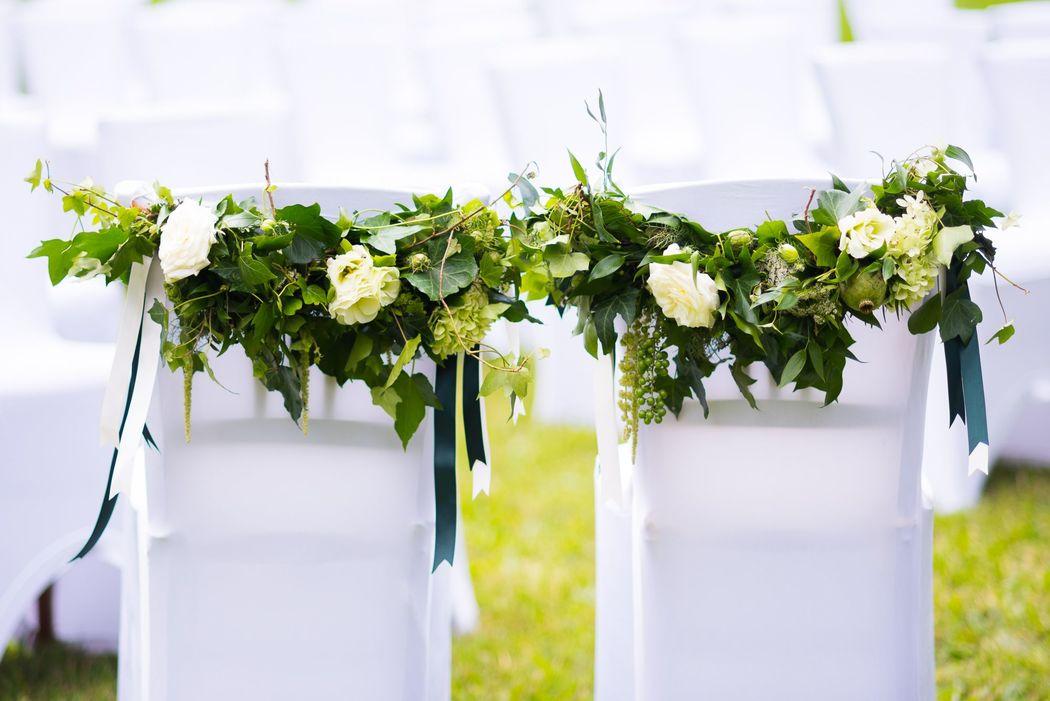 Lehnenschmuck im Greenery Style Foto: Rebecca Dykema Hochzeitsfotografie