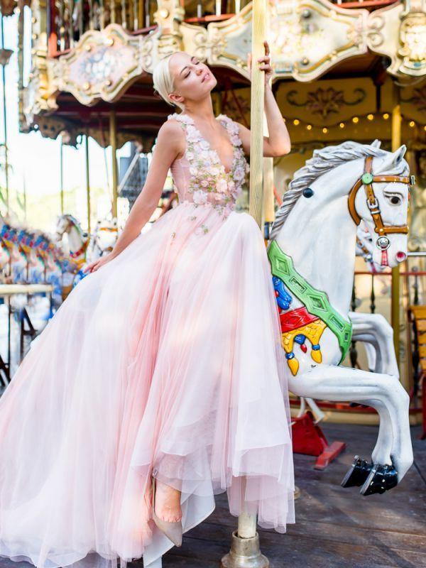 Эксклюзивное свадебное платье в нежно-розовом цвете с оригинальным верхом, декорированным объёмным цветочным принтом.
