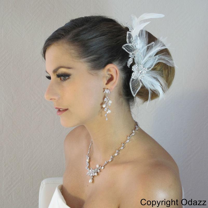 Peigne de coiffure de mariage Fascinator en plumes naturelles, tulle argenté et pierres de cristal.