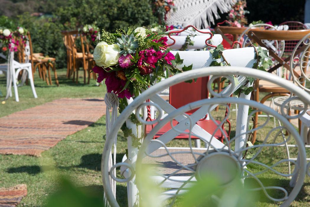 No caminho da noiva muitos arranjos florais e macramê