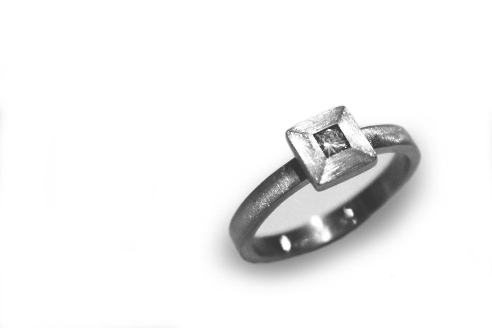 Piezas exclusivas. Solitario en oro blanco mate y diamante de .15ct