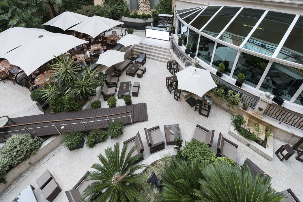 Terraza Jardín, rodeada de vegetación y fuentes. Ideal para cócteles de bienvenida o banquetes hasta 150 invitados.
