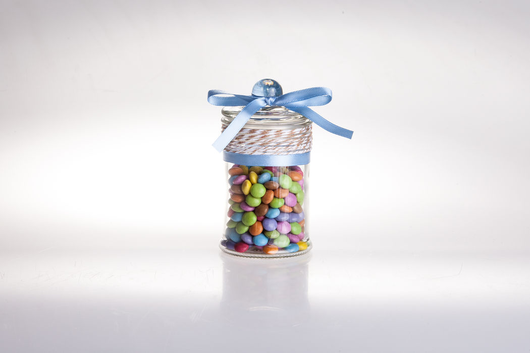 Bonbonglas mit Smarties oder Zuckermandeln befüllt.