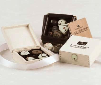 Beispiel: Handgefertigte Pralinengeschenke in dekorativen Schachteln, Foto: Chocolissimo.