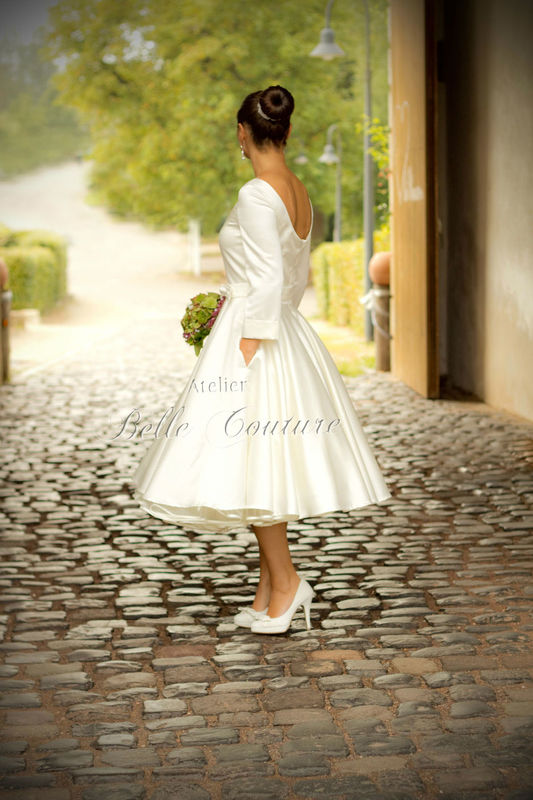 50er Jahre Petticoat Brautkleid in Tea-Length, tiefer runder Rückenausschnitt, Rundhalsausschnitt im Vorderteil, 7/8 Ärmel mit Aufschlag