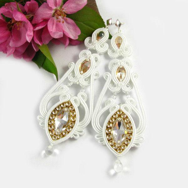 Małgorzata Sowa - PiLLow Design, Biżuteria ślubna sutasz. Śnieżnobiałe, dwustronne, kandelabrowe kolczyki z kryształami Swarovski, ze złotymi akcentami.