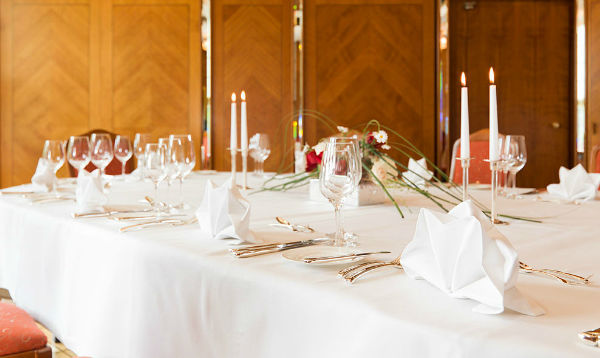 Beispiel: Tischdekoration, Foto: Althoff Hotel am Schlosspark.