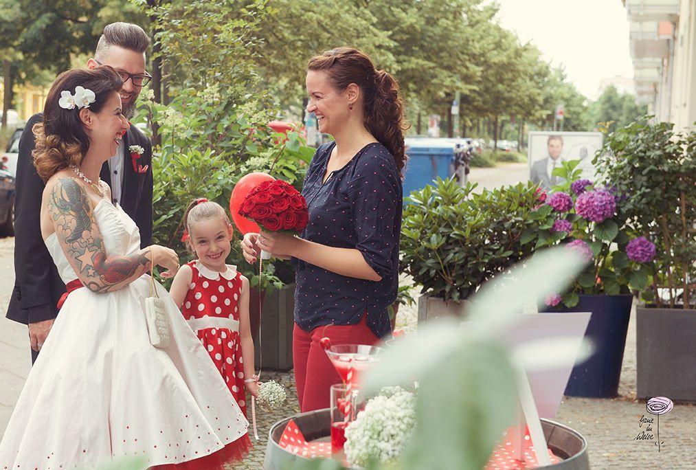 Ich empfange das Brautpaar an der Hochzeitslocation.