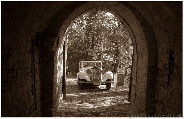 Entrare in auto d'epoca al Castello dal Verme di Zavattarello aggiunge un tocco retrò