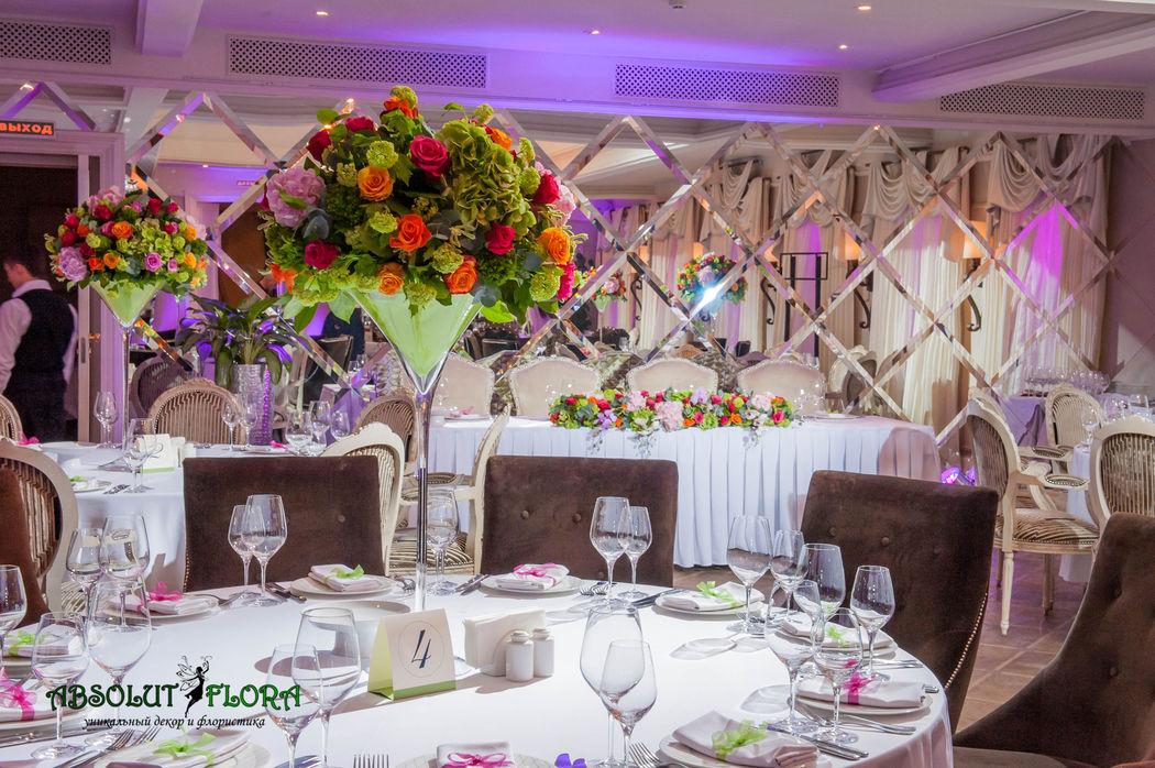 Декор зала высокими вазами