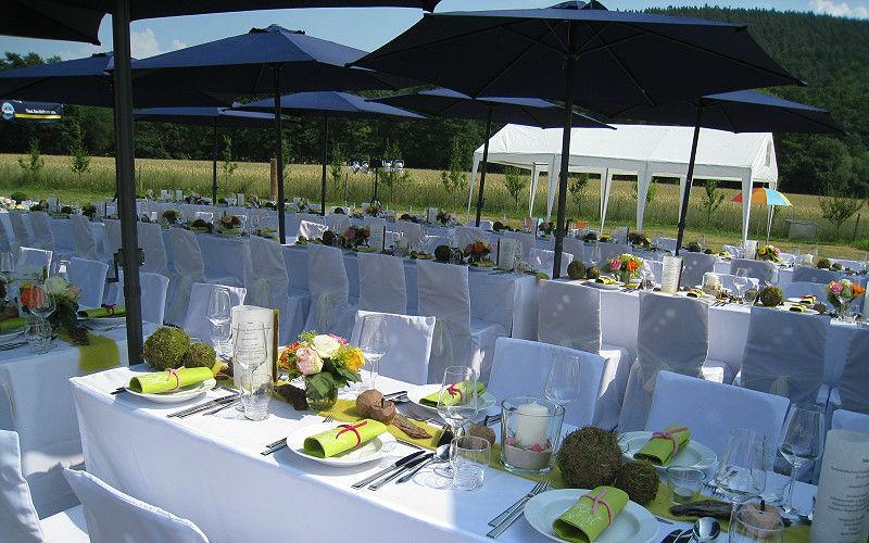 Beispiel: Tischdekoration und Tischwäsche unter freiem Himmel, Foto: Agentur Traumhaft.