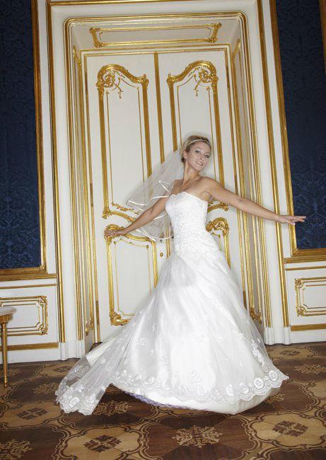 Beispiel: Trägerloses Brautkleid mit Schleier, Foto: Lia Brautmoden.