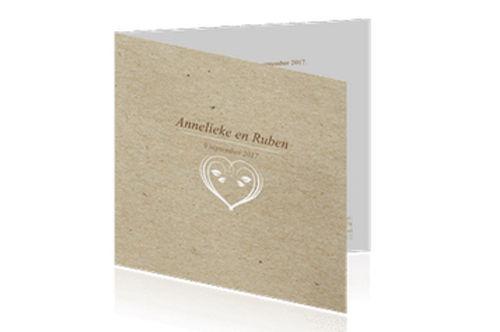 originele trouwkaart in ecolook met een sierlijk wit hartje