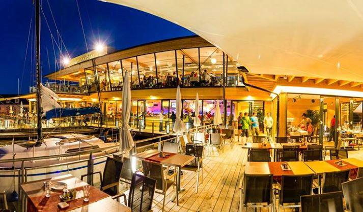 Beispiel: Terrasse am Abend, Foto: Seerestaurant Katamaran.