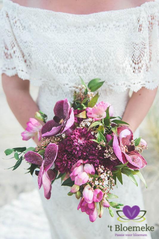 Bruidsboeket met tropische bloemen en kleuren.