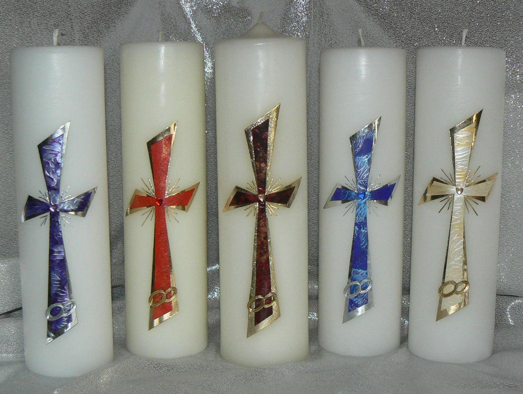Hochzeitskerze Doppelkreuz mit Ringen Handgearbeitete Hochzeitskerzen, in vielen verschiedenen Variationen. Auf Sie als Brautpaar zugeschnitten. Ich berate Sie gerne. Mehr dazu unter www.kerzenatelier.ch