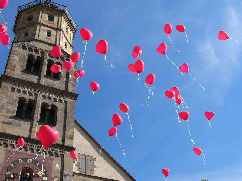 Herz-Luftballons steigen lassen als Rahmenprogramm, Foto: Ihre Hochzeitsplanerin