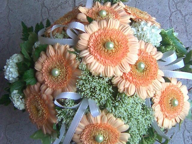 Beispiel: Brautstrauß mit orangenen Blumen, Foto: Blumenstudio Marzahn.
